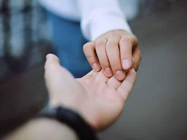 pareja tomado de la mano