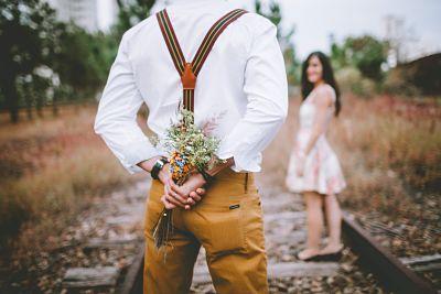 pareja ofrece flores